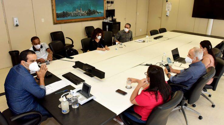 Em reunião com prefeito e secretário municipal de Educação APLB reafirma que aulas presenciais só com imunização de todos os profissionais em Educação